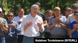 Алмазбек Атамбаев со своими сторонниками.