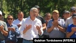 Экс-президент Кыргызстана Алмазбек Атамбаев (в центре) со своими сторонниками.