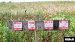 Попередження «Обережно міни» біля одного з блокпостів у Донецькій області, 6 липня 2015 року