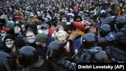 Столкновения людей с полицией во время митинга в Санкт-Петербурге 23 января.