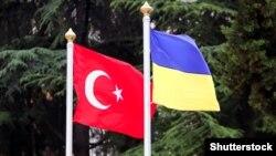 Государственные флаги Турции и Украины.