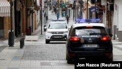 Бўшаб қолган кўчадаги полиция патрули, 20 апрель, 2020, Испания