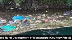 Prljavština na površini rijeke Bojane