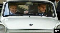 Fostul ministru bulgar de externe Solomon Passy (dr.) îl conduce în Trabantul său vechi de 25 de ani pe fostul secretar geneal NATO Jaap de Hoop Scheffer, după convorbirile aute la Sofia în mai 2004