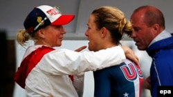 Ольга Забелинская (чапда) америкалик спортчи билан.