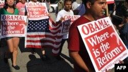 Активісти за права іммігрантів давно вимагають від Барака Обами реформи імміграційних норм, фото з демонстрації в Лос-Анджелесі 16 серпня 2010 року