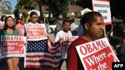 АҚШ-тың иммиграция туралы заңнамасына реформа жасауды талап етушілер шеруі. Лос-Анжелес, 16 тамыз 2010 жыл.