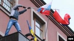 В Донецке пророссийские активисты срывают украинские флаги и водружают российские