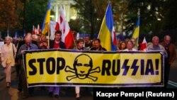 Під час акції біля посольства Росії у Польщі, на якій майоріли українські та польські прапори. Варшава, 2014 рік