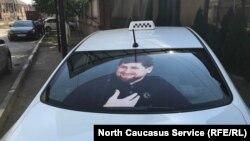 Изображение главы Чечни Рамзана Кадырова на автомобиле в Грозном