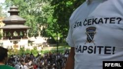"""Sa protesta zbog raspisivanja potjernica u Srbiji za slučaj """"Dobrovoljačka"""", Sarajevo, maj 2009, Foto: Midhat Poturović"""