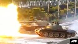 Танк ведет обстрел района Баба Амр сирийского города Хомс, 10 февраля
