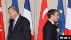 Туркия президенти Режеп Таййип Эрдоған (чапда) ва Франция президенти Эммануэль Макрон (ўнгда).