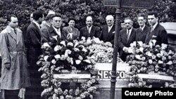 În 1956, delegația din România la mormîntul lui George Enescu de la Paris