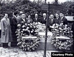 Delegația muzicienilor români, în 1956, la mormîntul lui George Enescu (Sursă: Viorel Cosma, Concertul de adio)