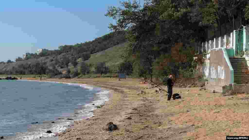 Местного рыболова не беспокоит разруха на пляже