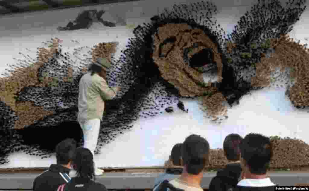 Në nëntor të vitit 2009, Saimir Strati përfundoi mozaikun më të madh me brusha ngjyrash, i cili u punua në çdo qytet të Shqipërisë dhe përfundoi në qendër të Tiranës. Ai u punua për nderë të artistit Michael Jackson, pas vdekjes së tij.