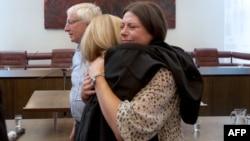 Альма Мустафич, дочь одного из погибших в Сребренице, радуется решению нидерландского суда