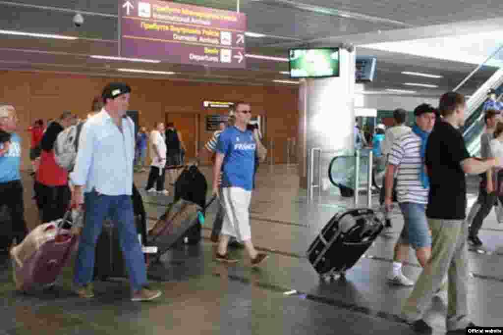 Аэропорт встречает гостей ЕВРО.