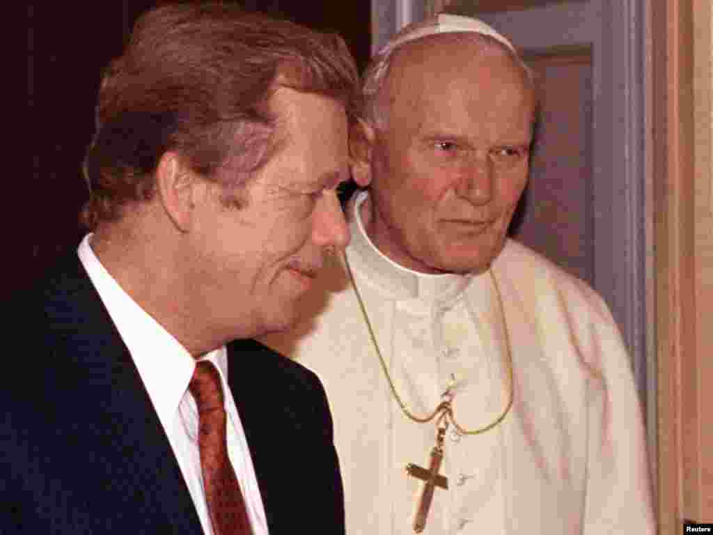Pope John Paul II (right) holds a private audience with Havel at the Vatican in Rome in September 1990.