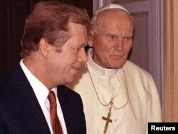 Іван Павло Другий приймає у Ватикані президента Чехословаччини Вацлава Гавела менше аніж через рік після Оксамитової революції в Чехословаччині. Ватикан, 24 вересня 1990 року