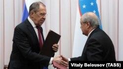 Russian Foreign Minister Sergei Lavrov (left) and Uzbek Foreign Minister Abdulaziz Komilov met in Tashkent.