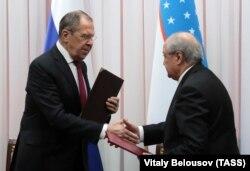 Ресейдің сыртқы істер министрі Сергей Лавров (сол жақта) және Өзбекстанның сыртқы істер министрі Абдулазиз Камилов құжаттарға қол қою рәсімінде. Ташкент,16 қаңтар 2020 жыл.
