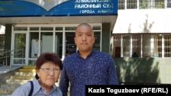 Асемгуль Жаугашева, мать подсудимого Жулдызбека Таурбекова, обвиняемого по делу «о пропаганде терроризма» и «возбуждении розни», и адвокат подсудимого Нурсултан Нурлан у здания суда. Алматы, 1 июля 2019 года.