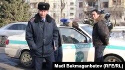 """""""Байқоңыр"""" кинотеатр алдындағы алаңға келген студент жастарды полицияның тоқтатып, құжаттарын тексерген сәті. Алматы, 25 желтоқсан 2011 ж."""