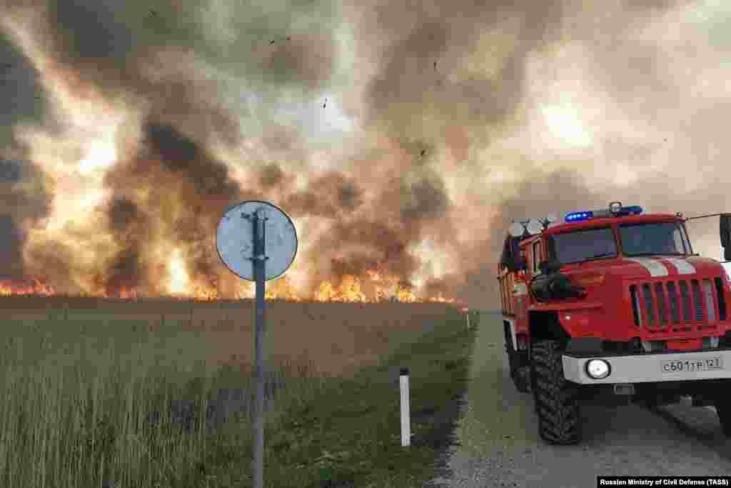 РУСИЈА - Во рускиот Транс-Бајкалскиот регион, како и во областите околу Иркутск, Тува и во Какасијскиот регион е прогласена вонредна состојба поради ширењето на големите пожари во Русија. Повеќе од 34 шумски пожари се активни во Русија од полноќ, а противпожарните служби прават се за да ги изгасат, соопштија надлежните.