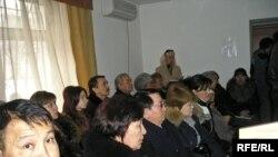 «Казкоммерцинжиниринг» басшыларына қарсы сот отырысына қатысқысы келген үлескерлер залға симай кетті. Алматы, 27 ақпан, 2009 жыл