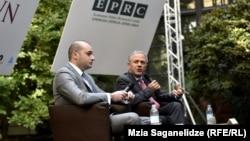 Премьер-министр Мамука Бахтадзе (слева) и журналист Financial Times Эдвард Люс