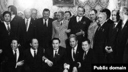 Нұрсұлтан Назарбаев (алдынғы қатарда ортада) және басқа қызметкерлер Дінмұхамед Қонаевпен бірге. (Сурет Ануар Шотбайдың Facebook парағынан алынды).