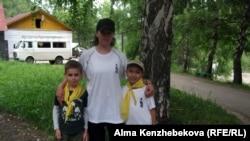 """Тренер лагеря """"Юный домостроитель"""" Дарья Чернова с детьми. Алматы, 26 июня 2013 года."""