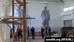 Готовые памятники Исламу Каримову. Фото: AsiaTerra.