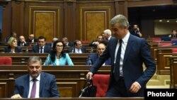 Премьер-министр Карен Карапетян и члены правительства в парламенте (архив)