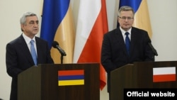 Poland - Armenian President Serzh Sarkisian (L) and his Polish counterpart Bronislaw Komorowski hold a joint news conference in Warsaw, 25Jun2013.
