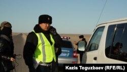 Телефонмен сөйлесіп тұрған полицей. Қазақстан, 18 желтоқсан 2011 жыл. (Көрнекі сурет)