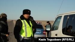 Жолда тұрған полицейлер. Маңғыстау облысы. 18 желтоқсан 2011 жыл.