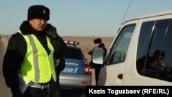 Сотрудники полиции стоят вдоль автотрассы.