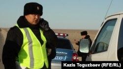 Автокөлік тас жолында көлік тоқтатып тұрған полиция қызметкерлері. Маңғыстау обылсы, 18 желтоқсан 2011 жыл. (Көрнекі сурет)