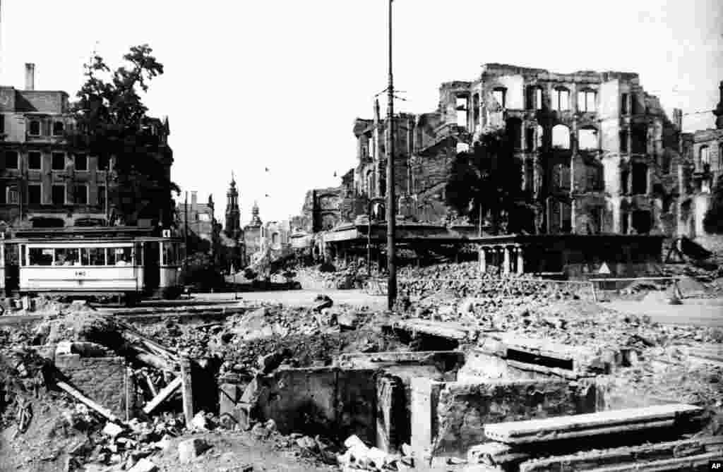 """Освен """"да сломят духа"""" на населението, друга цел на бомбардировките на Дрезден е да се предизвика бежанска вълна по пътищата на Германия, което да попречи на нацистките войски да се прегрупират, за да не могат да посрещнат съветската армия от изток."""