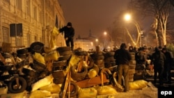 Демонстранты возводят баррикады вокруг здания областной администрации во Львове