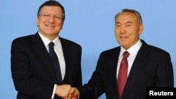 Kazakh President Nursultan Nazarbaev (right) with European Commission President Jose Manuel Barroso in Astana on June 3
