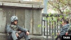 Около пяти часов утра понедельника спецподразделения Управления Федеральной службы безопасности России по Дагестану и республиканского МВД блокировали дом номер 20Б по улице Хизроева в Махачкале