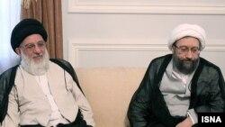 صادق لاریجانی، رئیس قوه قضائیه (راست) و محمود هاشمی شاهرودی، «رئیس هیئت عالی حل اختلاف و تنظیم روابط سه قوه» در نشست خبرگان.