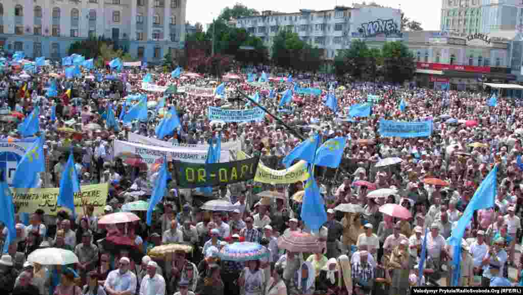 Рік 2012-й, Сімферополь, площа Леніна. Точне число учасників жалобного мітингу завжди було предметом спекуляцій у звітах кримської міліції і в повідомленнях ЗМІ, але такі фотографії свідчать самі за себе.