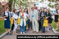 Віктар Скарабагатаў ладзіць экскурсію на плошчы Свабоды ў рамках фэстывалю «Клясыка ля Ратушы»