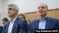 Michael Calvey (solda) və fransalı bankir Philippe Delpal məhkəmədə, 8 oktyabr, 2019-cu il