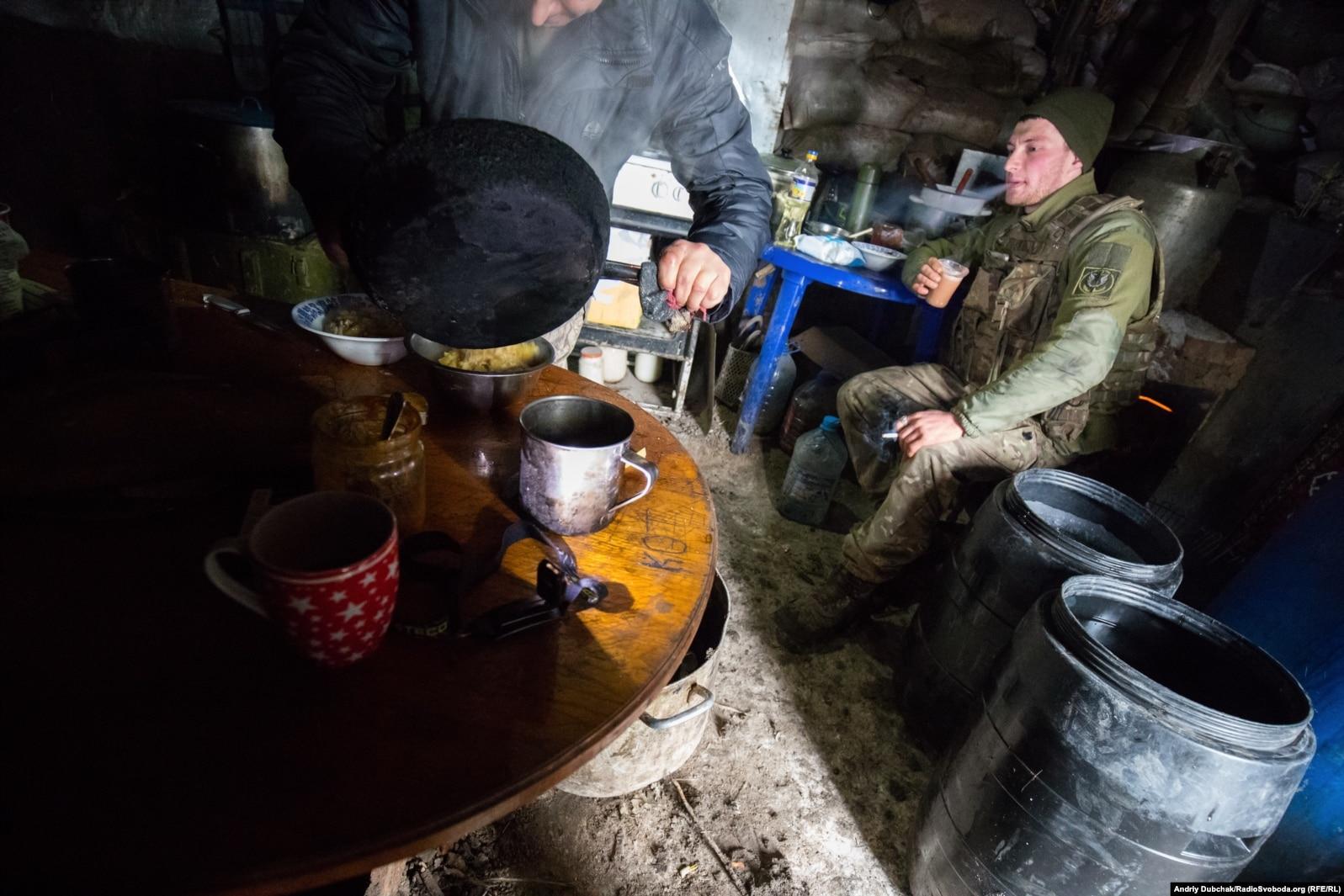 Морпіх п'є каву і курить у кухні-бліндажі під Широкиним